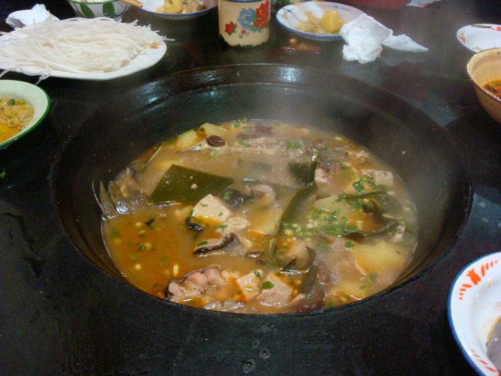 热气腾腾的鱼锅